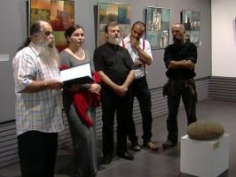 EXPOZITIE – O familie de artisti maghiari si-a expus lucrarile pe simezele Galeriei de Arta din Baia Mare. Tehnica emailului pe metal si sculptura minimalista i-au impresionat pe iubitorii de frumos (VIDEO)